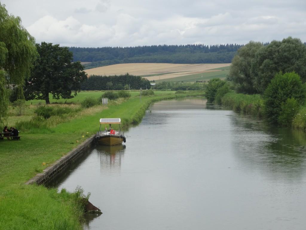 Aanlegplaats met picknick aan het Canal des Ardennes